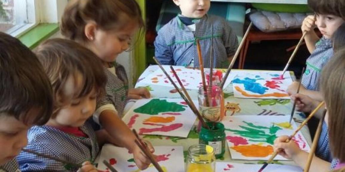 Los conejitos disfrutando de los talleres de pinceles.